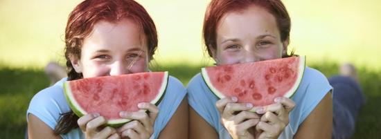 Imagine cu două tinere care ţin câte o felie de pepene. Imaginea ilustrează cum sfaturile pentru a te simţi mai bine şi a te bucura de activităţile care îţi fac plăcere în timpul menstruaţiei.