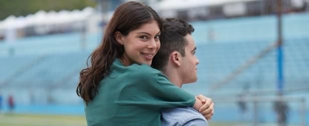 Un cuplu de tineri care se află pe stadion.