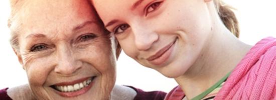 Imagine cu o femeie matură stând lângă o tânără. Fotografia ilustrează istoria o.b.® şi modul în care am contribuit noi la îmbunătăţirea calităţii vieţii femeilor, de peste 65 de ani.