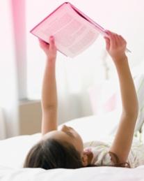Imagine cu o femeie care stă întinsă pe spate şi citeşte un ziar. Imaginea ilustrează că o.b.® are răspunsuri la numeroase întrebări şi că poţi găsi răspunsurile pe site-ul nostru.